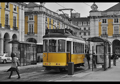 tranvia bw (peyitalpa) Tags: portugal nikon lisboa transport tramway tranvia transportepublico nikonian praçadocomercio d5000 nikonista nikond5000 electriconumero25