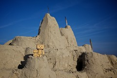 The Danbos build a huge sand castle (generalstussner) Tags: castle beach canon eos sand bluesky full frame 5d adventures fullframe sandcastle f8 cpl markii 24105 danbo polarizingfilter ef24105l revoltech danboard 5dmarkii