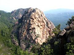 Fin de la vire du Castellu : vue de la paroi SW et du sommet du Castellucciu