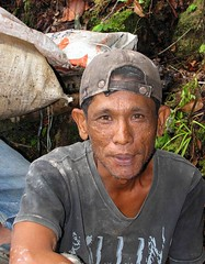 Illegal miner (Mangiwau) Tags: green sumatra indonesia banda aloe mercury kali air traditional mining illegal saya gunung aceh mane hijau emas anak sungai perak peti masyarakat meulaboh raksa penambangan sigli pidie atjeh tutut izin tanpa geumpang woyla merkuri ujoen