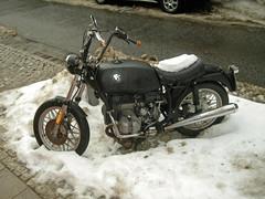 Gummikuh in Schneehaufen (hmboo Electrician and Adventurer) Tags: snow bike bmw wolfenbüttel motorrad ochsenaugen hochlenker