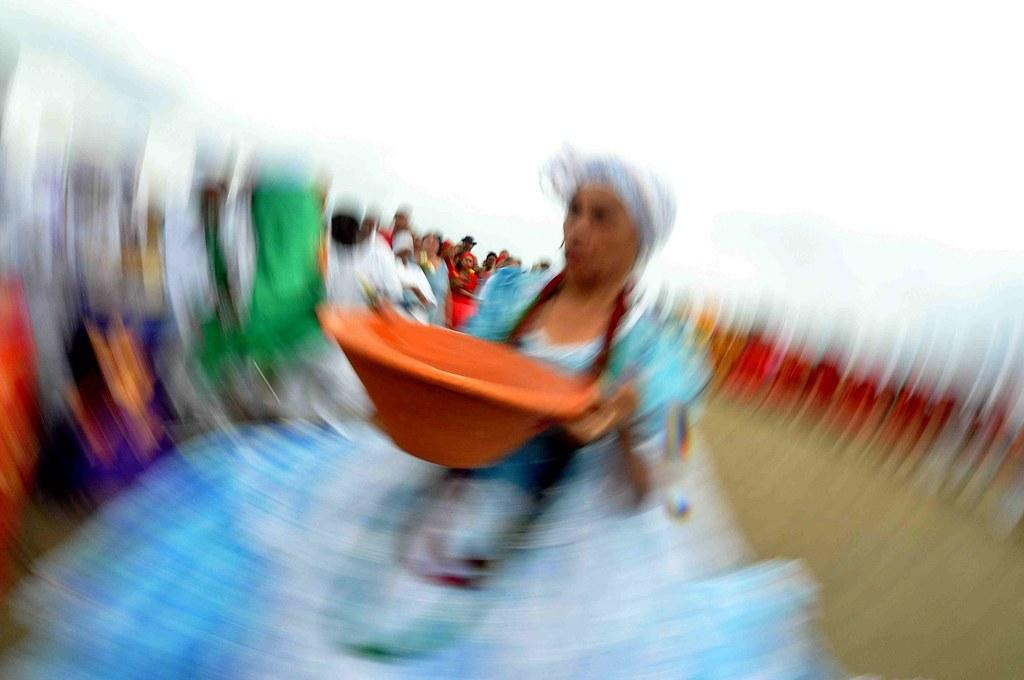 Mãe Cleusa levou seus filhos espirituais até as águas do mar em busca de força junto a Iemanjá. Crédito: Eduardo Beleske