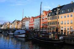Copenhagen - A colorful winter morning at Nyhavn (Osthollnder) Tags: morning winter reflection colors copenhagen geotagged denmark boats nyhavn colorful day boote clear explore dezember dnemark danmark kopenhagen morgen 2009 farben reflektion thechallengefactory