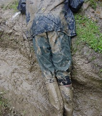 Patauger pour prparer la boue (WelliesWalker) Tags: mud boots sale rubber dirty kway wellies salopette bottes boue mudding foss