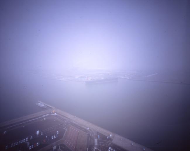 この写真をクリックすると、私のフリッカー掲載サイトのページが別ウィンドウで開きます。http://www.flickr.com/photos/harianabito/4438696524/「秋田土崎  1:外は次第に雪模様」なお、この画像より小さなものとなります。
