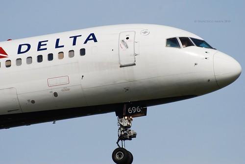 Delta Air Lines Boeing 757-232 (N696DL) (1)