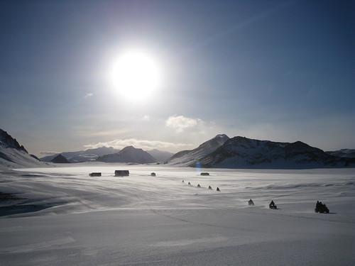 Álftarvatn.  Torfatindur í baksýn og lengst í fjarska er Tindfjallajökull.