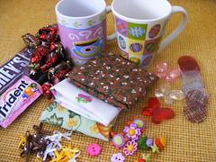 Troca canequinha e canecão - recebida (Viva as Cores - Márcia Aki) Tags: color cores chocolate caneca fita troca tecidos colorido laço botões