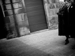 Viejas amigas (Iñigo Ochoa/ I 8a) Tags: street españa white black blanco calle spain kodak negro social alava euskalherria euskadi basquecountry paisvasco vitoria gasteiz easyshare v1003