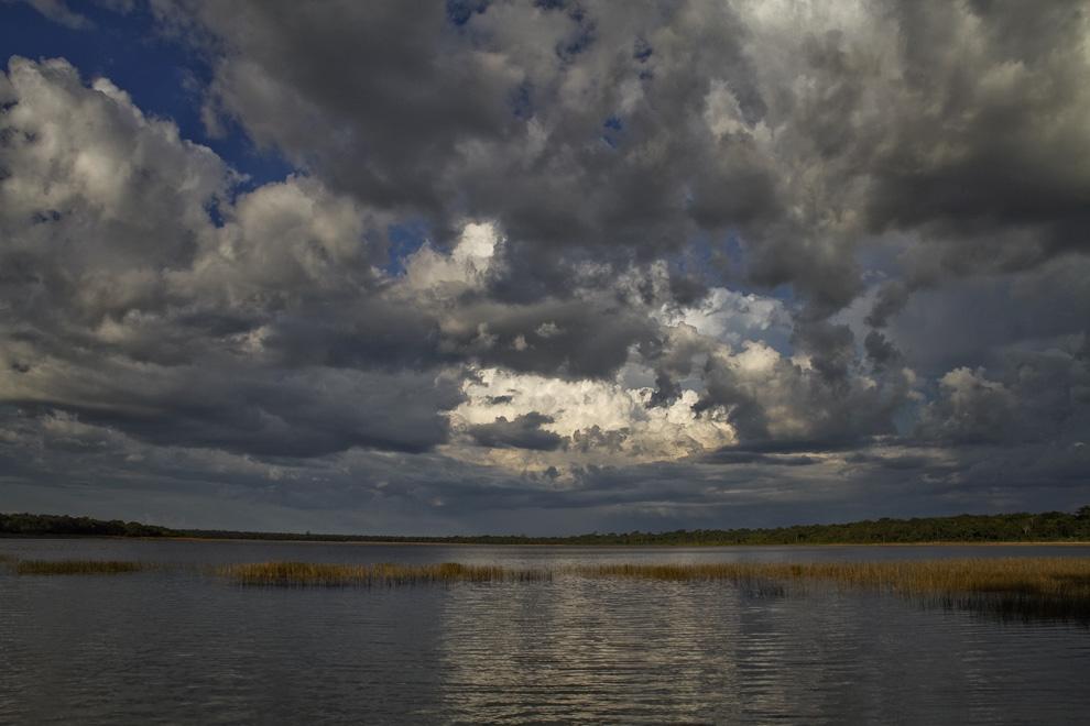 Formaciones de nubes cubren el cielo mientras atardece apaciblemente en Laguna Blanca. (Santa Rosa del Aguaray, San Pedro, Paraguay - Tetsu Espósito)