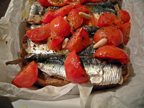 sardine con pane e pomodori