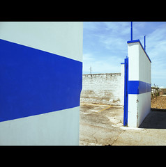 SOUTH OF NOWHERE (Elena Fedeli) Tags: blue summer italy muro gate italia estate blu entrance cyan campagna sole midday puglia sud sunnyday electricblue apulia mezzogiorno oltremare noicattaro bluelettrico bluklein