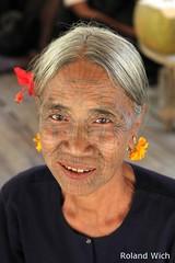 Chin Village - Woman with facial tattoo (Rolandito.) Tags: woman face tattoo women village burma myanmar birma facial chin birmanie mrauku birmania mraukoo facialtattoo