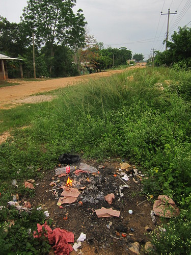Frontera Corozal 13 - Burning rubbish is the best way to get rid of it