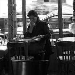 Pause café, n'importe  quelle heure est-il, la pause café est toujours un plaisir (Paolo Pizzimenti) Tags: café paolo femme olympus hasselblad pause rue plaisir ronis amélie lesdeuxmoulins
