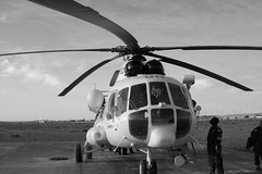 Briefing avant le dpart. (Franck_20) Tags: bw white black plane chopper desert transport avion