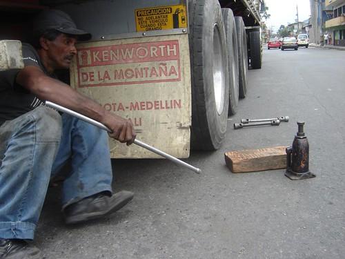 """Ocho minutos y a sacar el gato. """"¡Jefe, venga a ver que esto ya está listo!"""", le gritó al conductor al otro lado de la calle."""