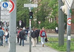 Wilde Verkehrsbeschilderung Nähe Schloß