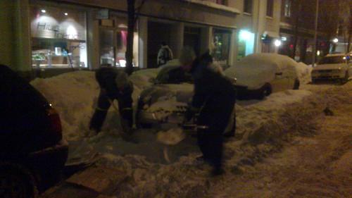 Tele Finland -miehet tulivat ja lapioivat ja vetivät auton ulos. Pohja oli kiinni.