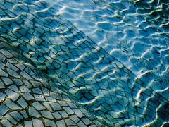 Olas de luz (Deteniendo El Tiempo) Tags: valencia ventana luces agua urbana cristal fachada olas sombras texturas calles comunidadvalenciana abtracto callejar