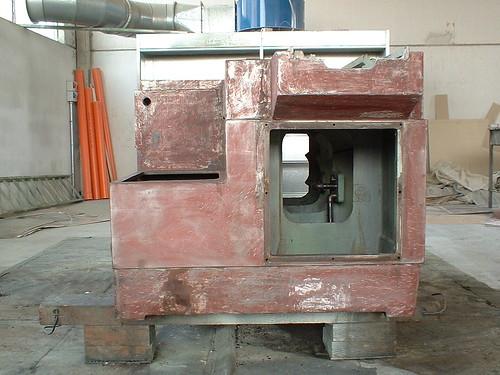 Sverniciatura dell'interno del basamento della reffificatrice Favretto