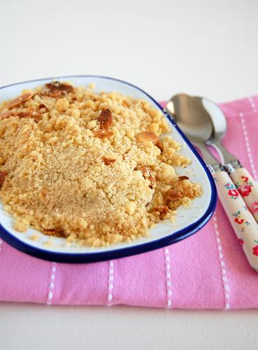 Peach, raspberry and almond crumble / Crumble de pêssego, framboesa e amêndoa