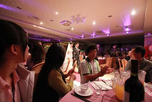 新娘新娘進場,樂樂看那聲光效果目光一直看著新人從外面走到主桌還ㄧ直瞧