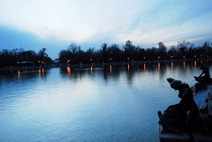 Retiro (Mariano Rupérez) Tags: madrid viaje españa lago atardecer luces cielo estatua retiro
