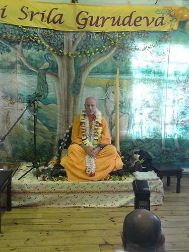 Indradyumna Swami Vyasa puja in UK 2010 -0006 por ISKCON desire  tree.