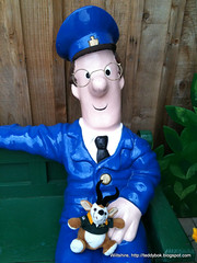 2010 may 01 iphone img_0702 (Dave Reinhardt) Tags: england postmanpat teddybok