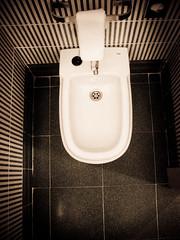 Baño de hotel (Isabeles71) Tags: sepia bathroom baño bidé fotoantigüa