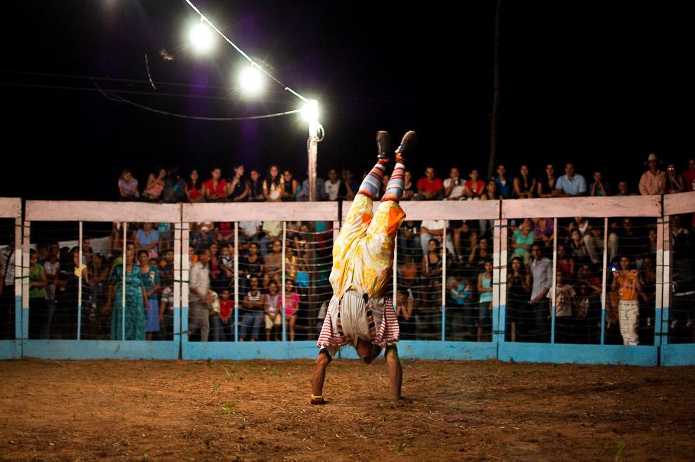 """El payaso """"Manzanita"""" realizando sus acrobacias de presentación ante el público como anticipo del show de las corridas de Toros (15 de Agosto, Paraguay - Elton Núñez)"""