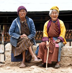 Colourful Grannies (edwindejongh) Tags: asia bhutan character elderly oldwomen grandmothers bhutanese garments klederdracht grannies azie bejaard karakter asianpeople aziatisch mutsjes oudevrouwen keuvelen bhoetan