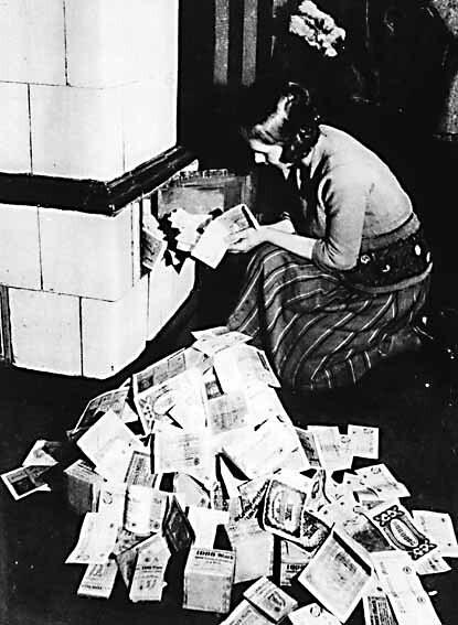Alemana quemando billetes 1923