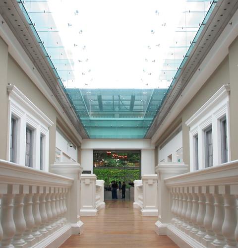 室內長廊與晃動燈籠藝術作品玻璃倒影