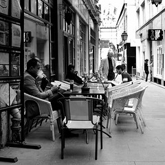 smoking, no smoking (lachaisetriste) Tags: blackandwhite bw paris noiretblanc terrasse nb fumeur passagejouffroy narguil d700