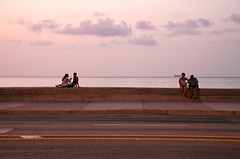 La Havana, Cuba, 2006 (Photox0906) Tags: sunset sea mer evening cuba couples sidewalk malecon soire soir coucherdesoleil trottoir lahabana lahavana elmalecon lahavane merdescarabes