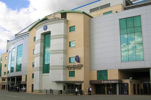 De buitenkant van Stamford Bridge, hier vanaf de West Stand.