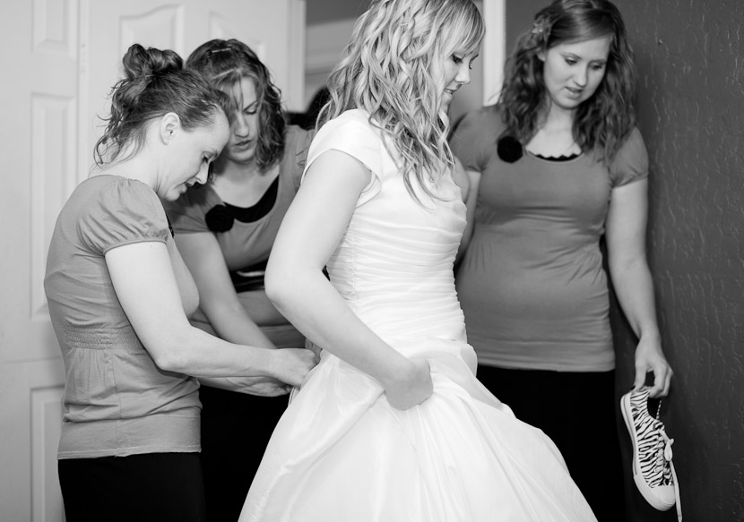 Sisters lacing up the Brides Dress