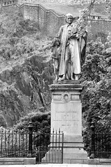 Thomas Guthrie (just.Luc) Tags: europa europe escultura estatua sculpture statue statua beeld beeldhouwwerk standbeeld standbild man male homme hombre uomo monochroom monochrome bw bn nb zw edinburgh edinbourgh royaumeuni verenigdkoninkrijk unitedkingdom grootbrittanië grandebretagne greatbritain scotland schotland ecosse fence hek