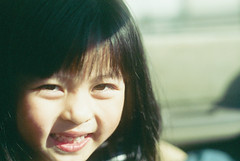 sabi-97 (SABITERU) Tags: sea holiday film japan kids zeiss 35mm children lens t japanese 50mm kid child f14 contax parent carl   osaka 135 50 rts  planar carlzeiss        fff002