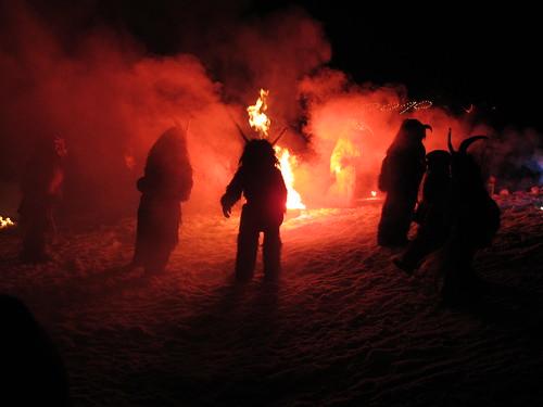 Krampusse am Feuer