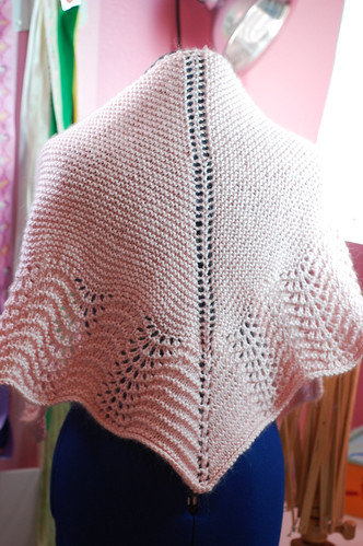 Garter and Feathers Shawl 01
