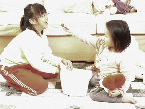katharine娃娃 拍攝的 2姊妹玩遊戲。