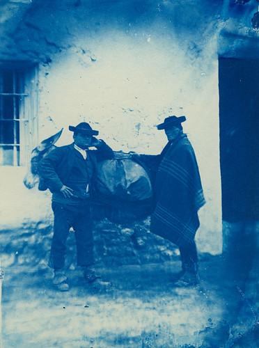 Dos hombres con burro