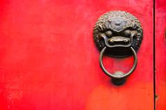 (Gotama2.0) Tags: china door red rouge asia pentax doorknob porte asie chine asymetrical poignee k20d asymetrique poigneedeporte