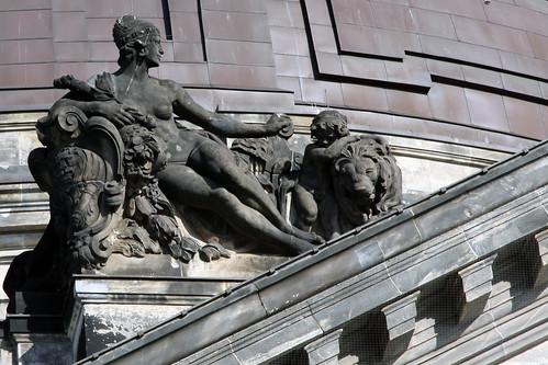 Dame mit Kind und Löwen und Diagonale