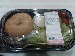 烤雞貝果三明治凱薩沙拉,129元