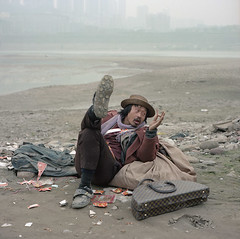 Tribute to Annie Leibovitz . (wang yuanling) Tags: china city man color rolleiflex kodak documentary thinking yangtzeriver chongqing lv rolleiflex28f subjective pro160