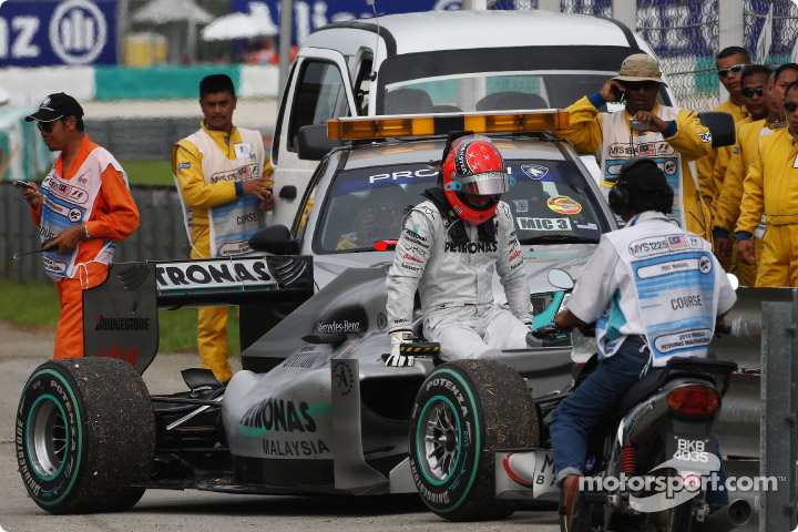 Michael Schumacher debio abandonar tras romperse su Mercedes GP en el GP de Malasia 2010.